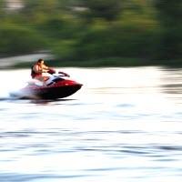 Гидроцикл на озере летом
